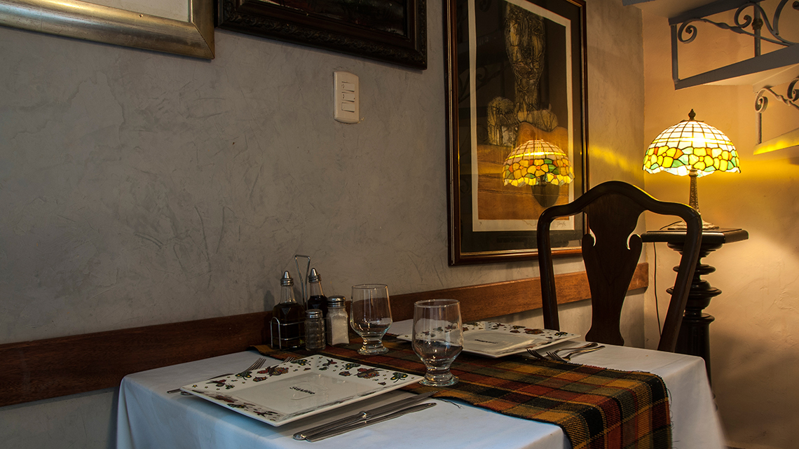 Quiet room in Doña Eutimia perfect if you looking for some romantic setting in Old Havana