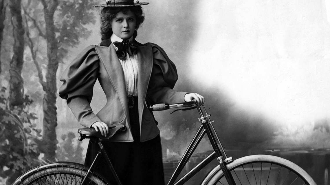 Antonia Martínez (affectionately called 'Titina') posing for a photo with her bike