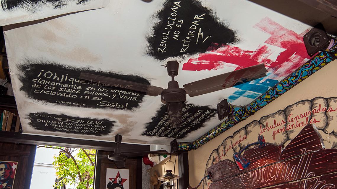 Decor and ceilings full of grafitti of El Chanchullero de Tapas