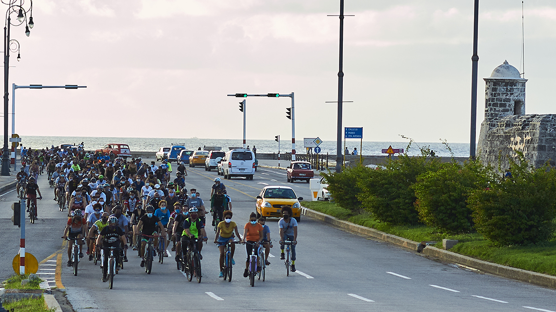 Hundreds of bike riders crossing Malecon to Avenida del Puerto